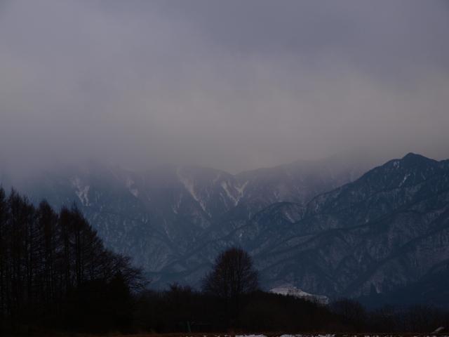 雪雲がたれ込む南アルプス