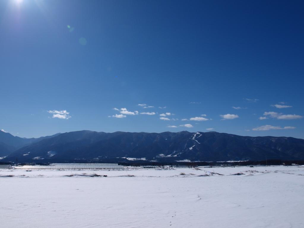 雪原から眺める入笠山