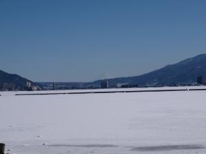 凍結した諏訪湖から富士山を