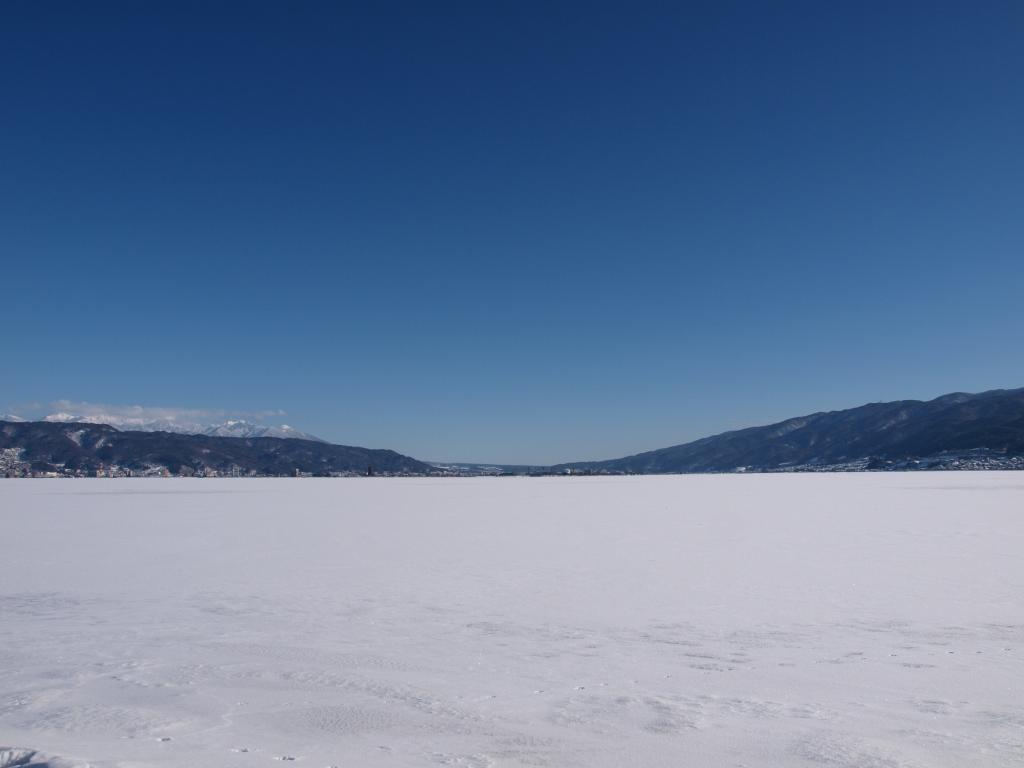 結氷した諏訪湖からの眺め