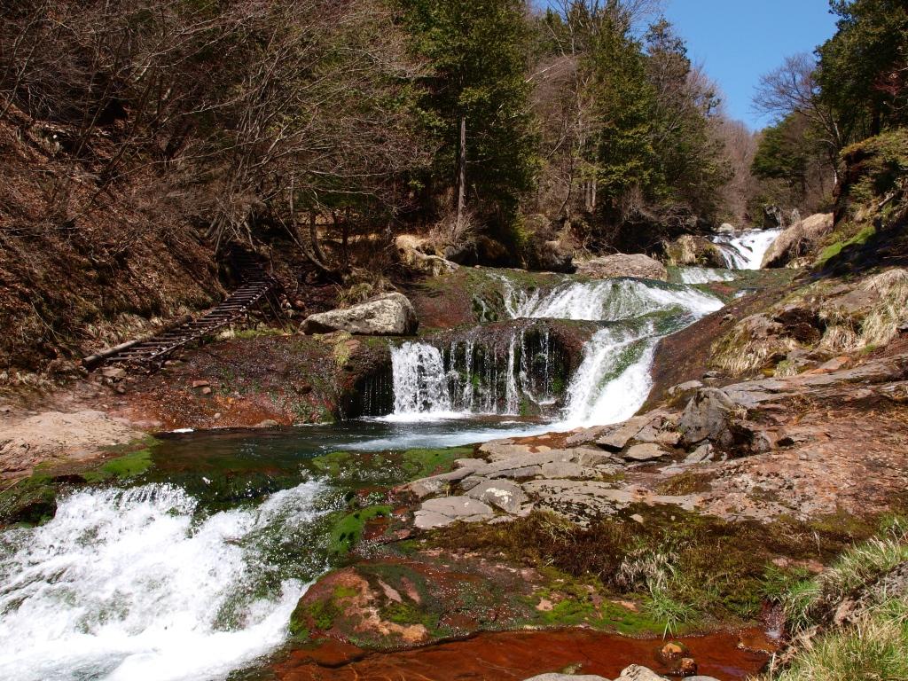 春早いおしどり隠しの滝