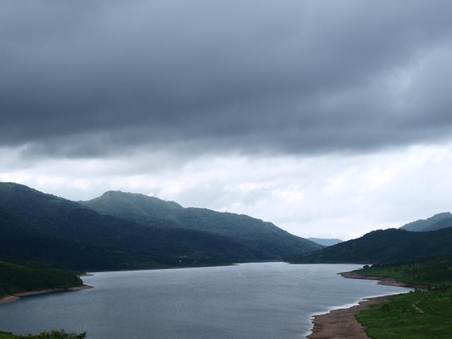 野反湖から秋山郷を望む