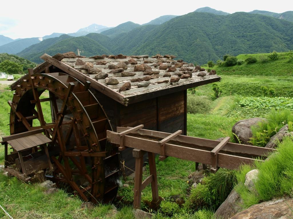 井戸尻遺跡の水車と南アルプス