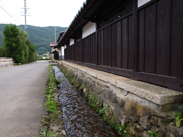 用水路と塀