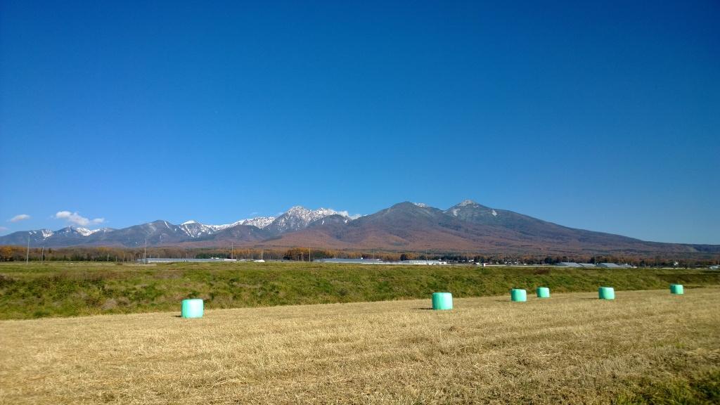 雪を戴く秋晴れの八ヶ岳(富士見町立沢)