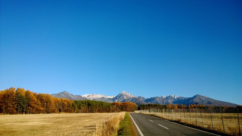 雪を戴く秋晴れの八ヶ岳(茅野市美濃戸口)