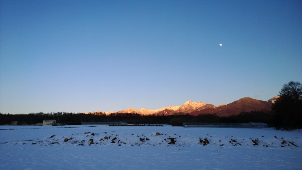 夕暮れの瀬沢新田雪原から月と八ヶ岳