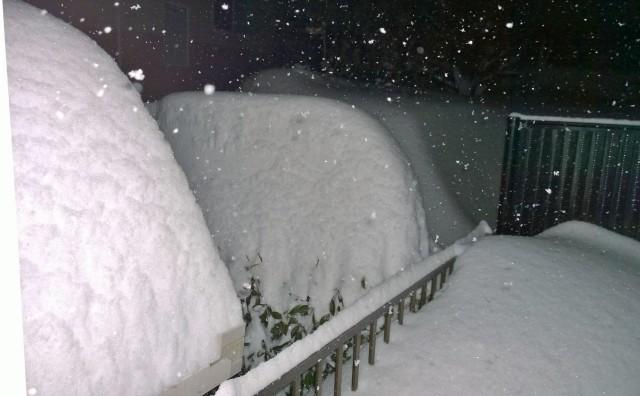 2/14夜の自宅窓からの積雪の様子