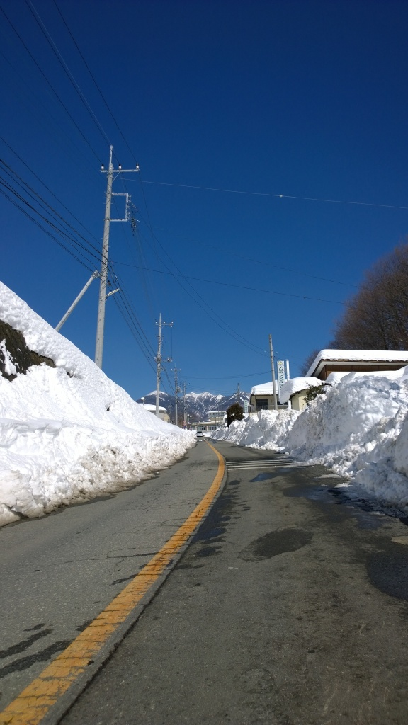 2/16朝の小淵沢総合支所前の道路