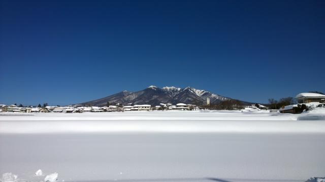 県道から眺める雪原と八ヶ岳