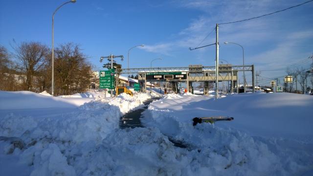 雪で閉鎖中の小淵沢インター