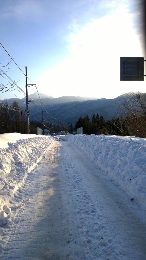甲斐駒と除雪が済んだ県道11号線