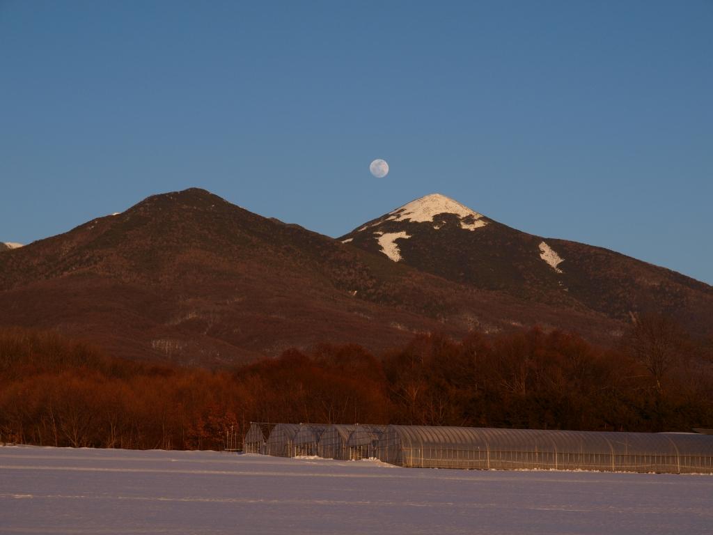 夕暮れの編笠山と満月を