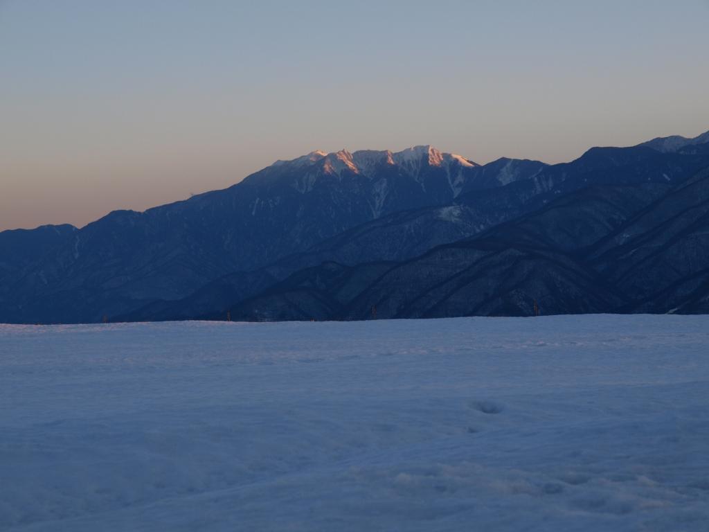 雪原となった立沢水田から望む夕暮れの鳳凰三山