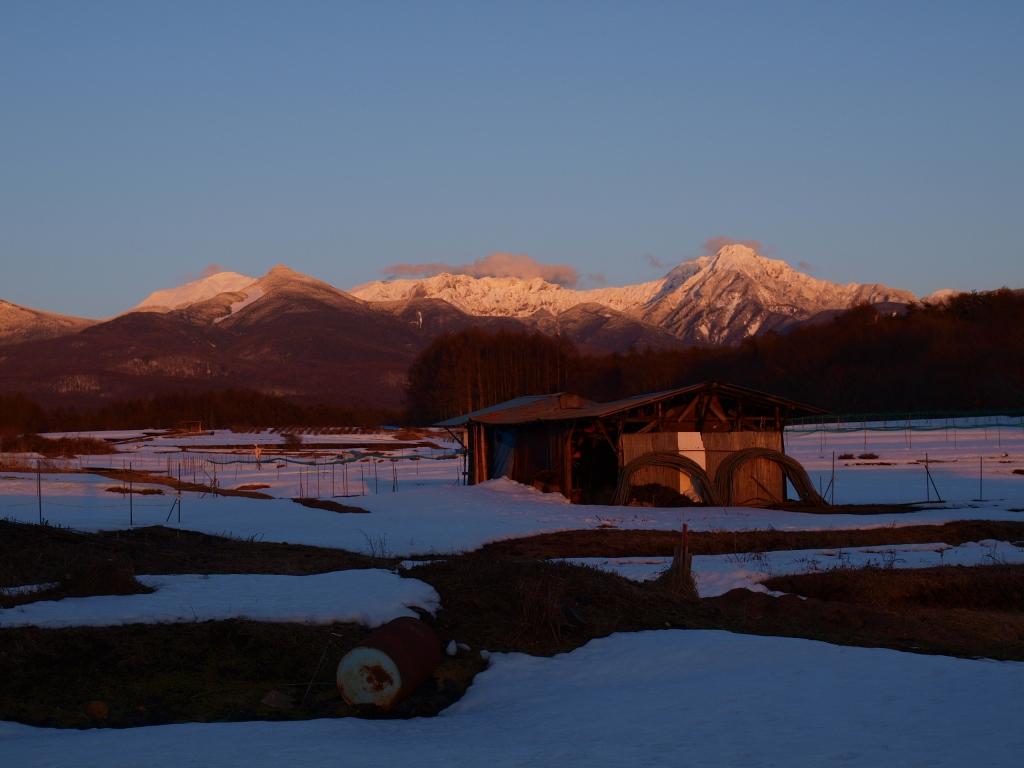 春先の夕暮れ・茜に染まる八ヶ岳2