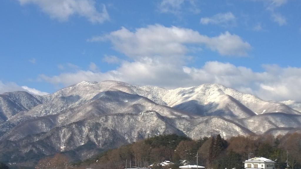 雪化粧した麓の山々