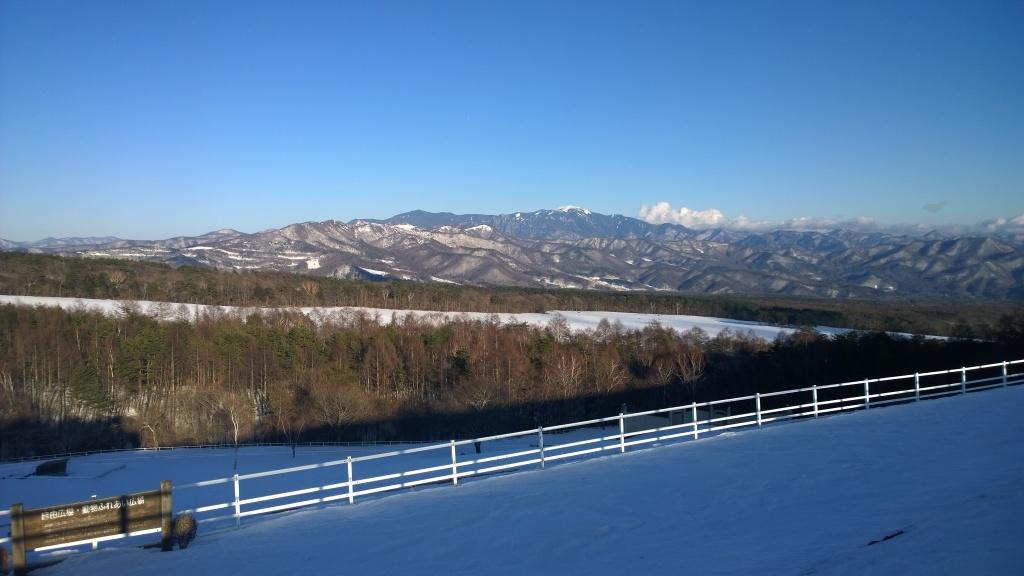 雪原になったまきば牧場と秩父連峰