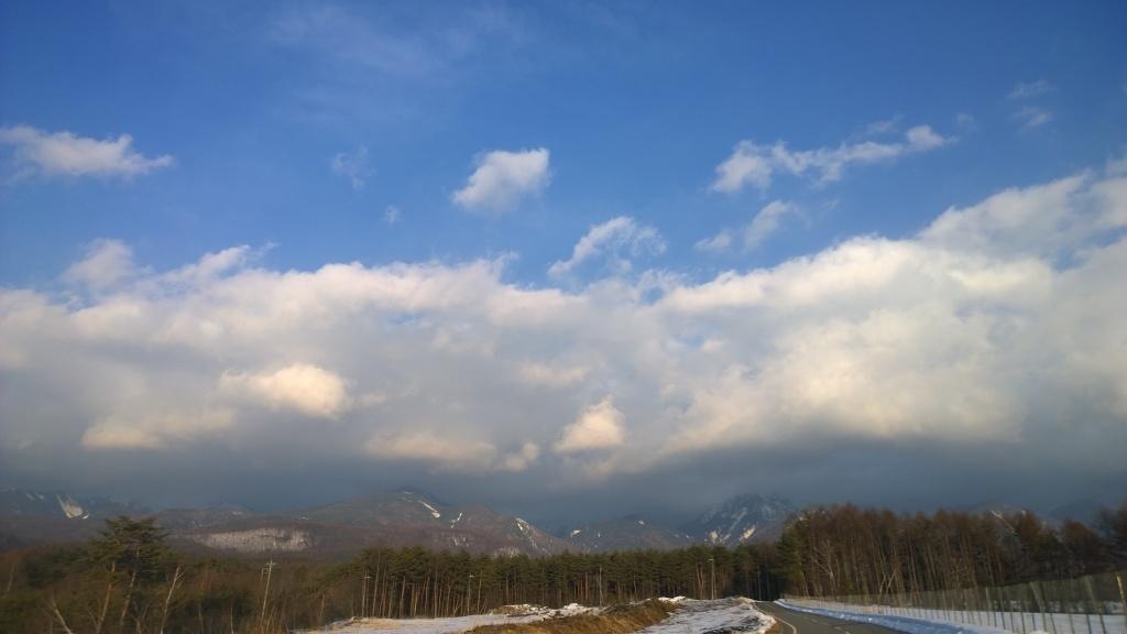 重たい雲がかかる夕暮れの八ヶ岳