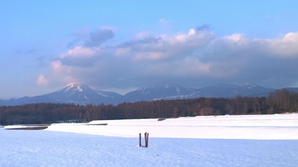 夕暮れの雪原と蓼科山1