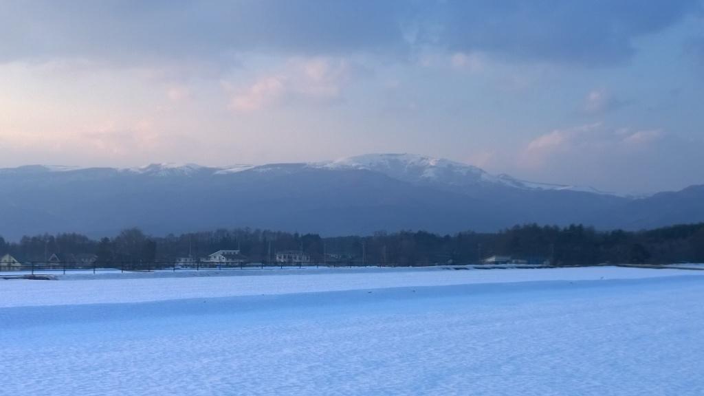 夕暮れの雪原と霧ヶ峰