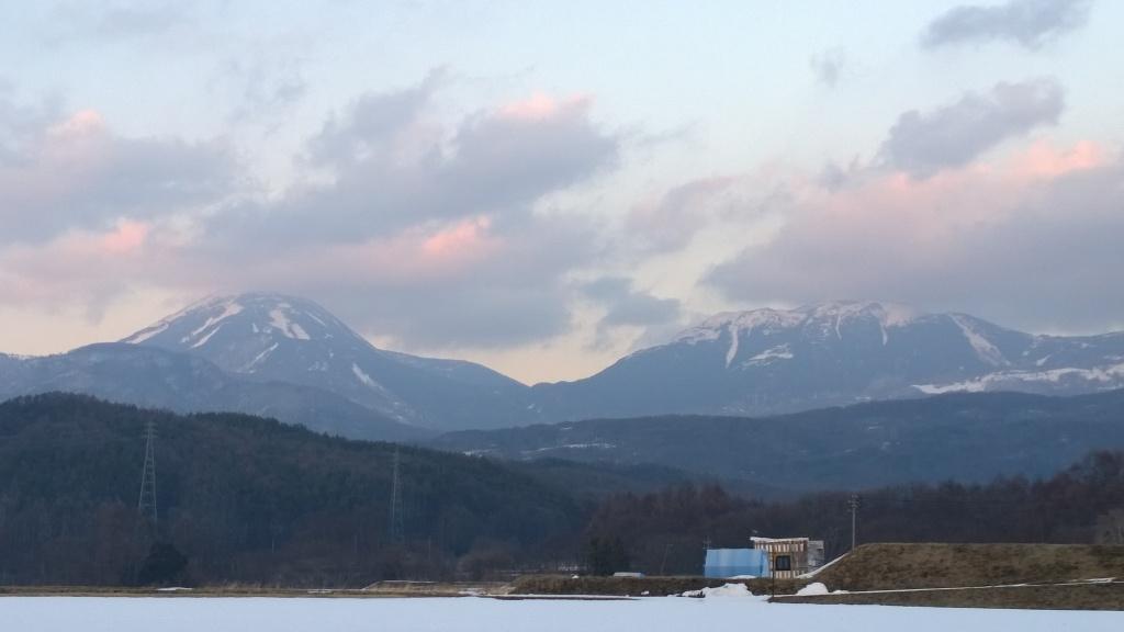 夕暮れの雪原と蓼科山2