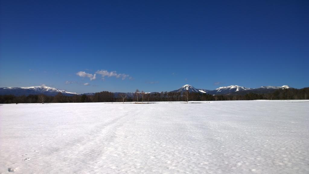 春先の夕暮れ・雪原越しに北八ヶ岳と霧ヶ峰