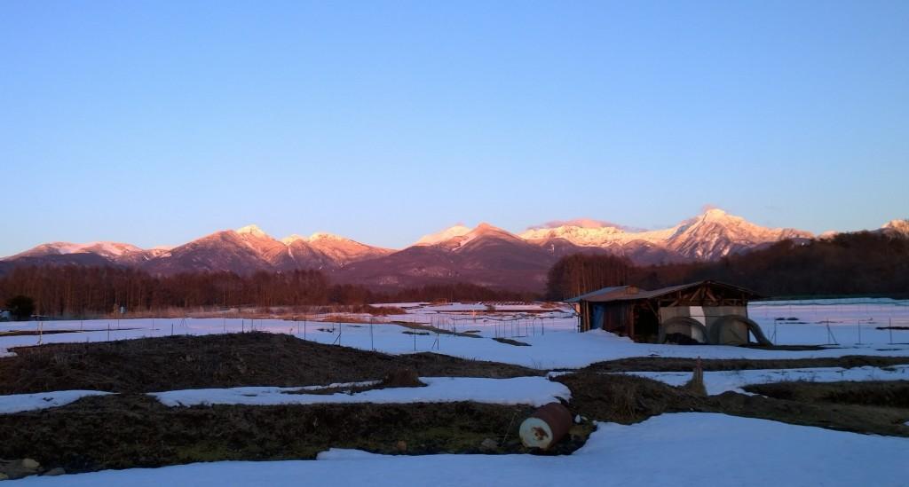 春先の夕暮れ・茜に染まる八ヶ岳