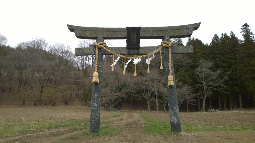 池生神社の鳥居と開花前の桜達140412