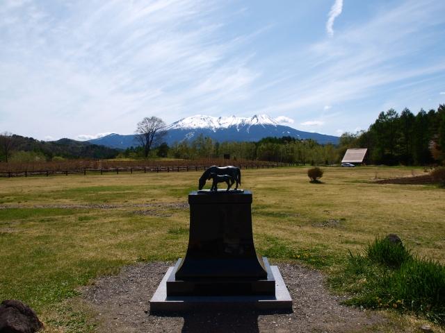木曽馬の里のシンボルと御嶽山