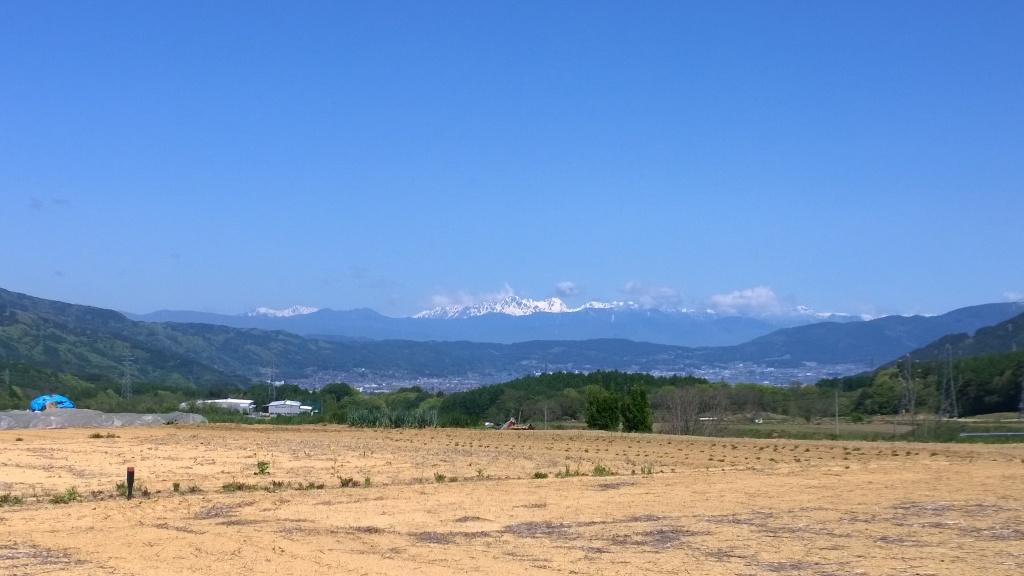 畑越しに北アルプスの山々
