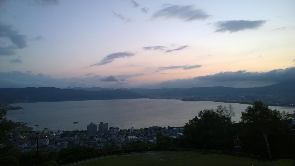 夕暮れの立石公園から諏訪湖を遠望