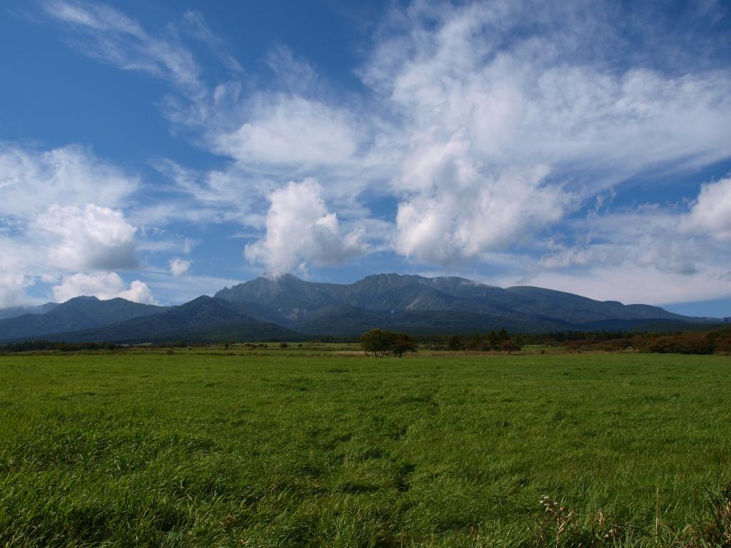 牧草地越しに望む,秋の八ヶ岳1