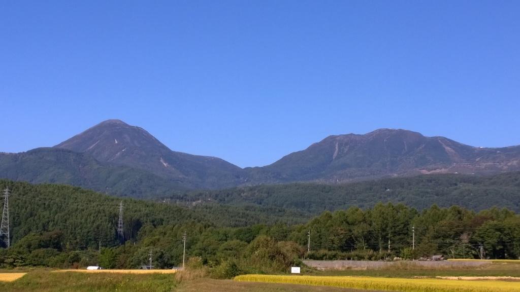 色づき始める蓼科山と横岳