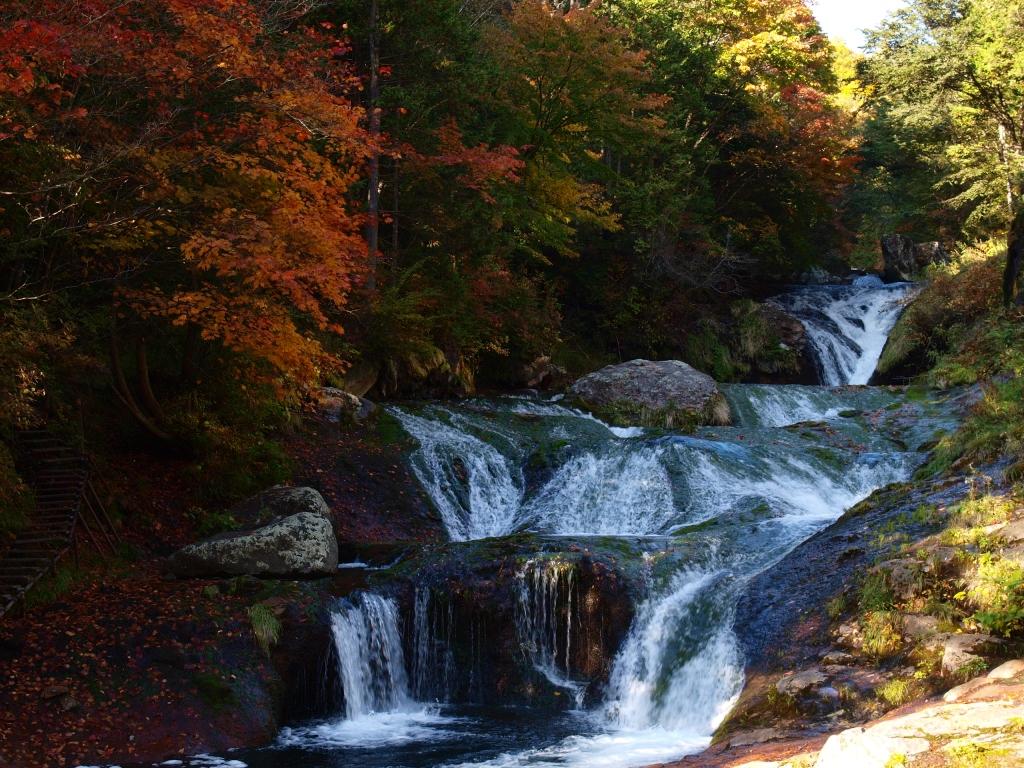 明治温泉とおしどり隠しの滝の紅葉2