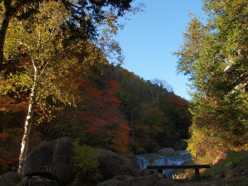 おしどりの滝と石碑