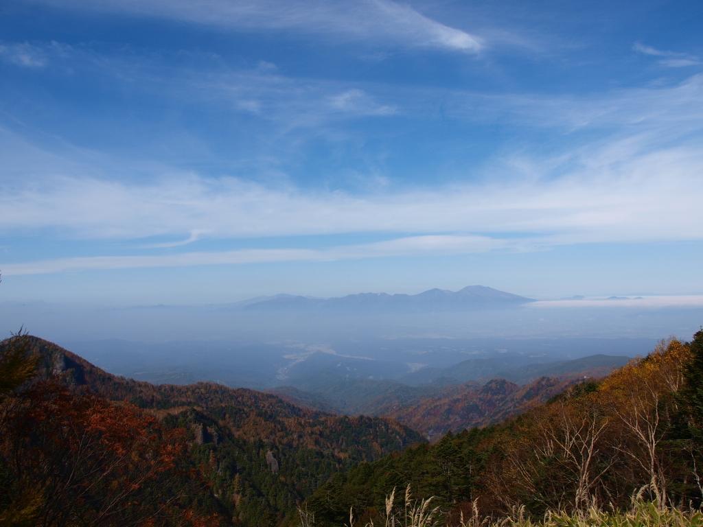 紅葉の大河原峠から浅間山を遠望