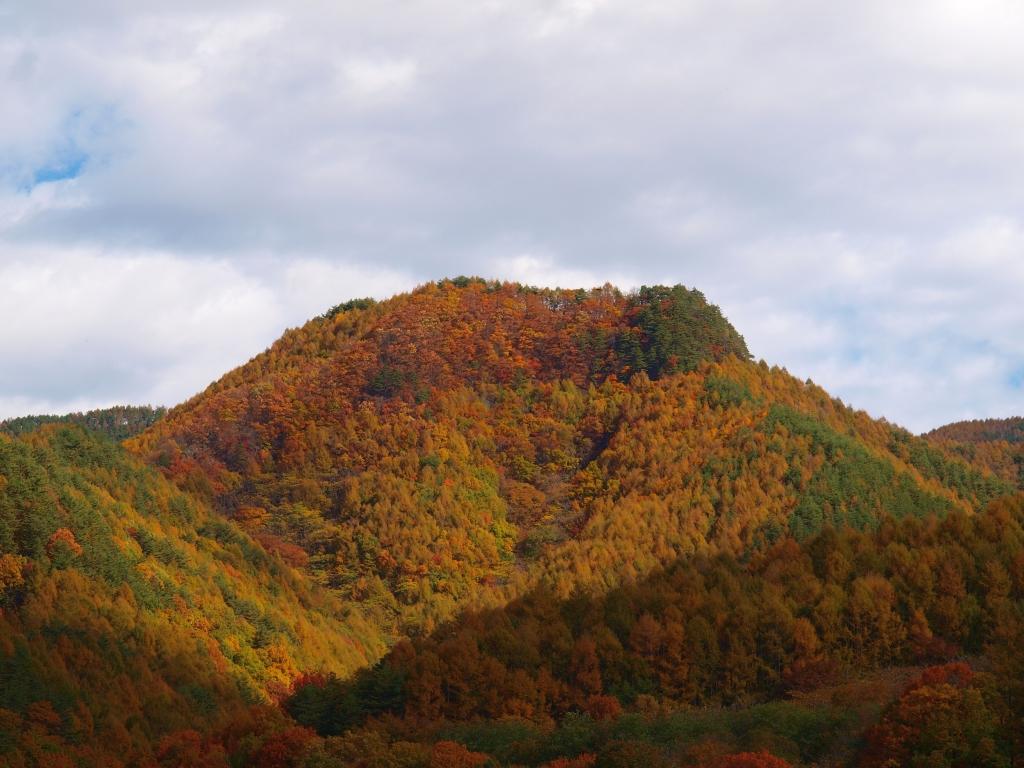 佐久広瀬から望む黄葉する山並み