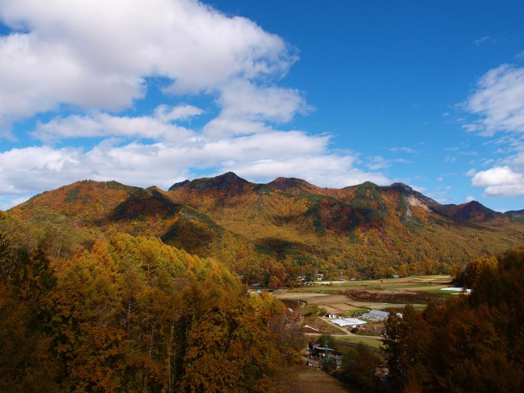 川上村・埋沢大橋から望む天狗岳と男山