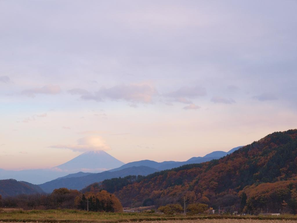 山並の黄葉と夕暮れの富士山
