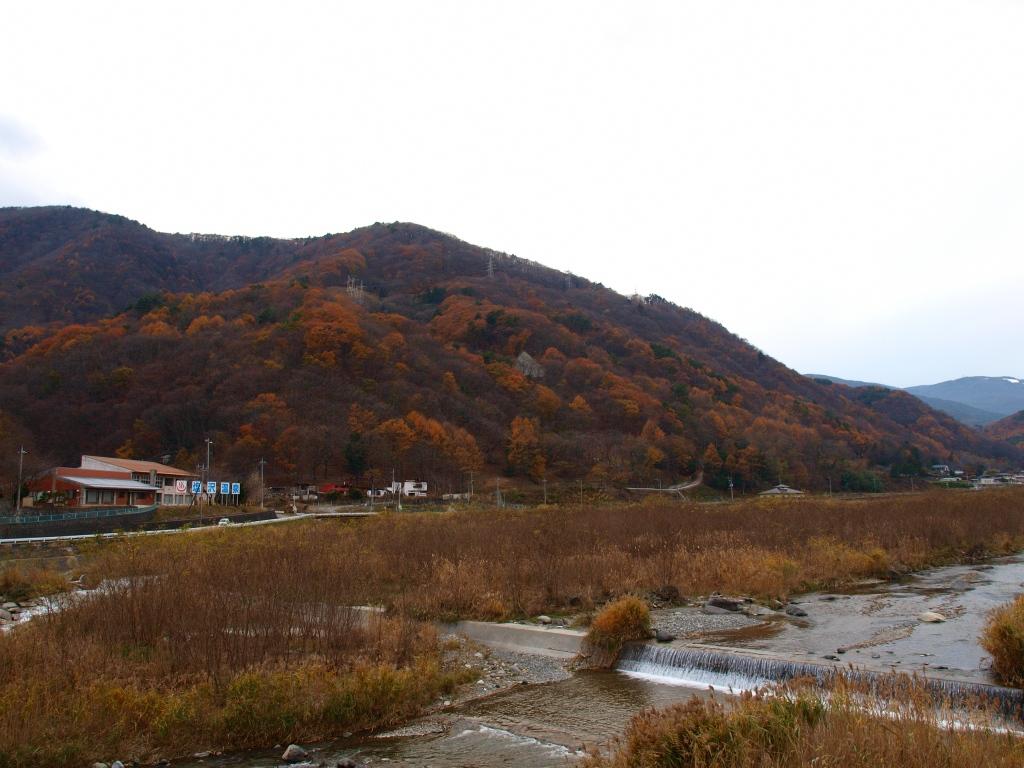 塩沢温泉と紅葉の山々