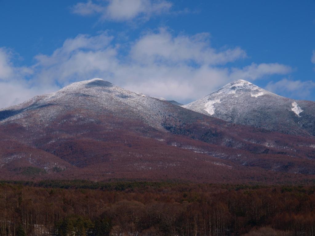 雪化粧をする網笠山と西岳