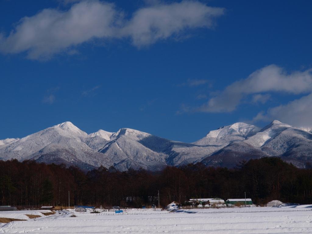 雪原の先に聳える硫黄岳と天狗岳
