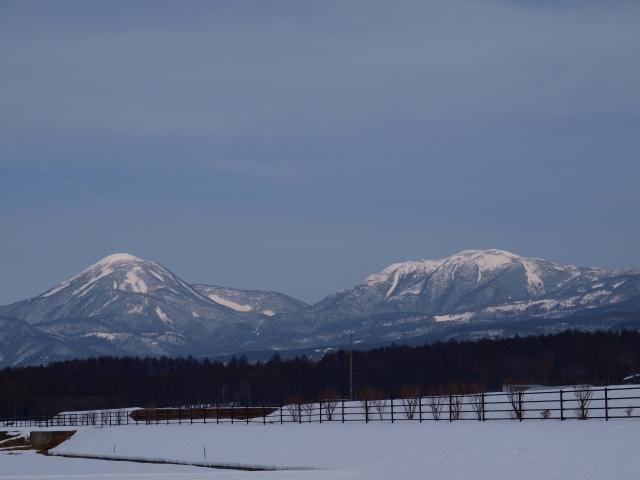 曇り空の雪原と蓼科山