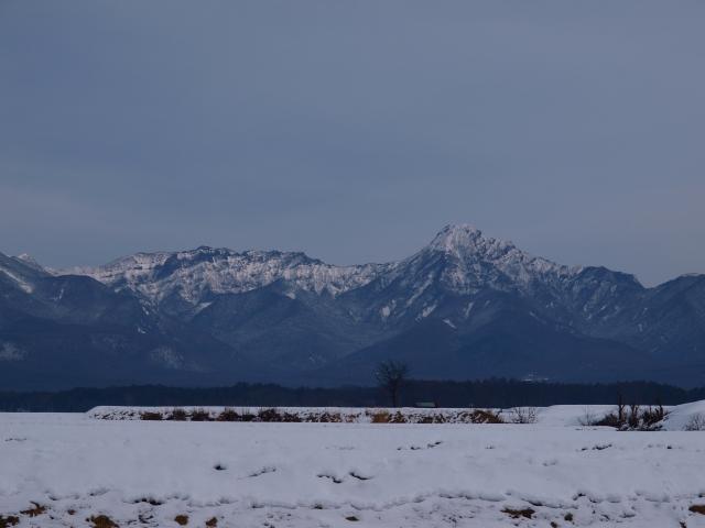 曇り空の雪原と八ヶ岳
