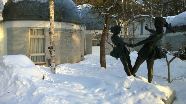 雪の八ヶ岳美術館庭園と、みどりのリズム