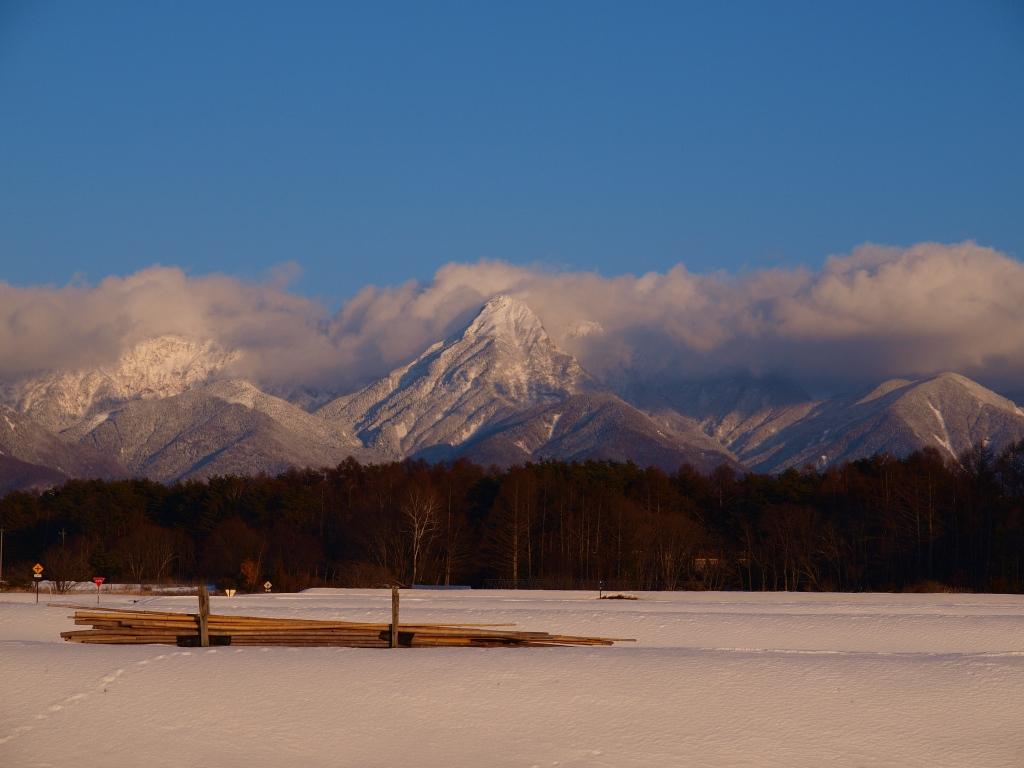 雪原の圃場と夕暮れの八ヶ岳2