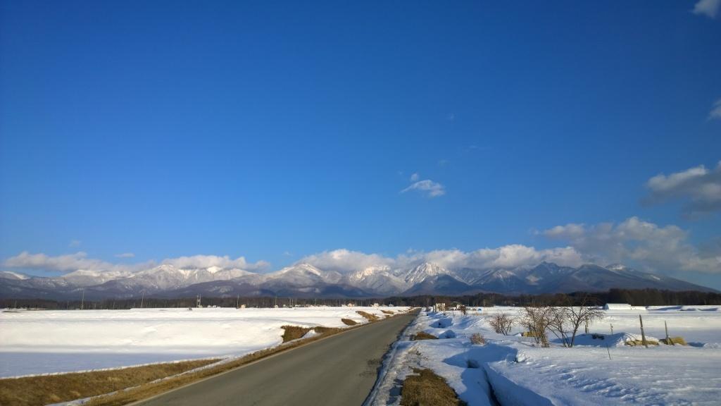 夕暮れの圃場と雪の八ヶ岳
