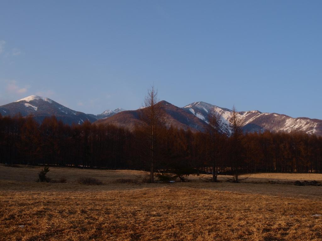 春先の夕暮れ、八ヶ岳牧場本場から望む八ヶ岳