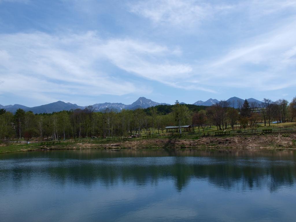 新緑のまるやち湖と八ヶ岳