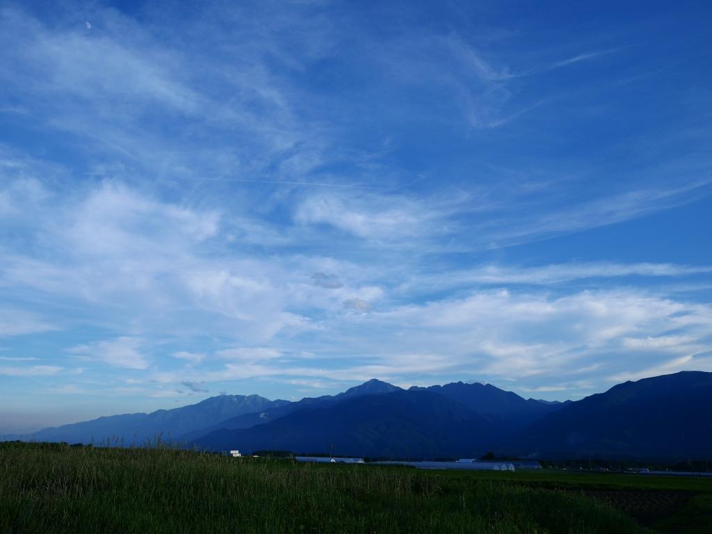 盛夏の夕暮れ、甲斐駒と青空